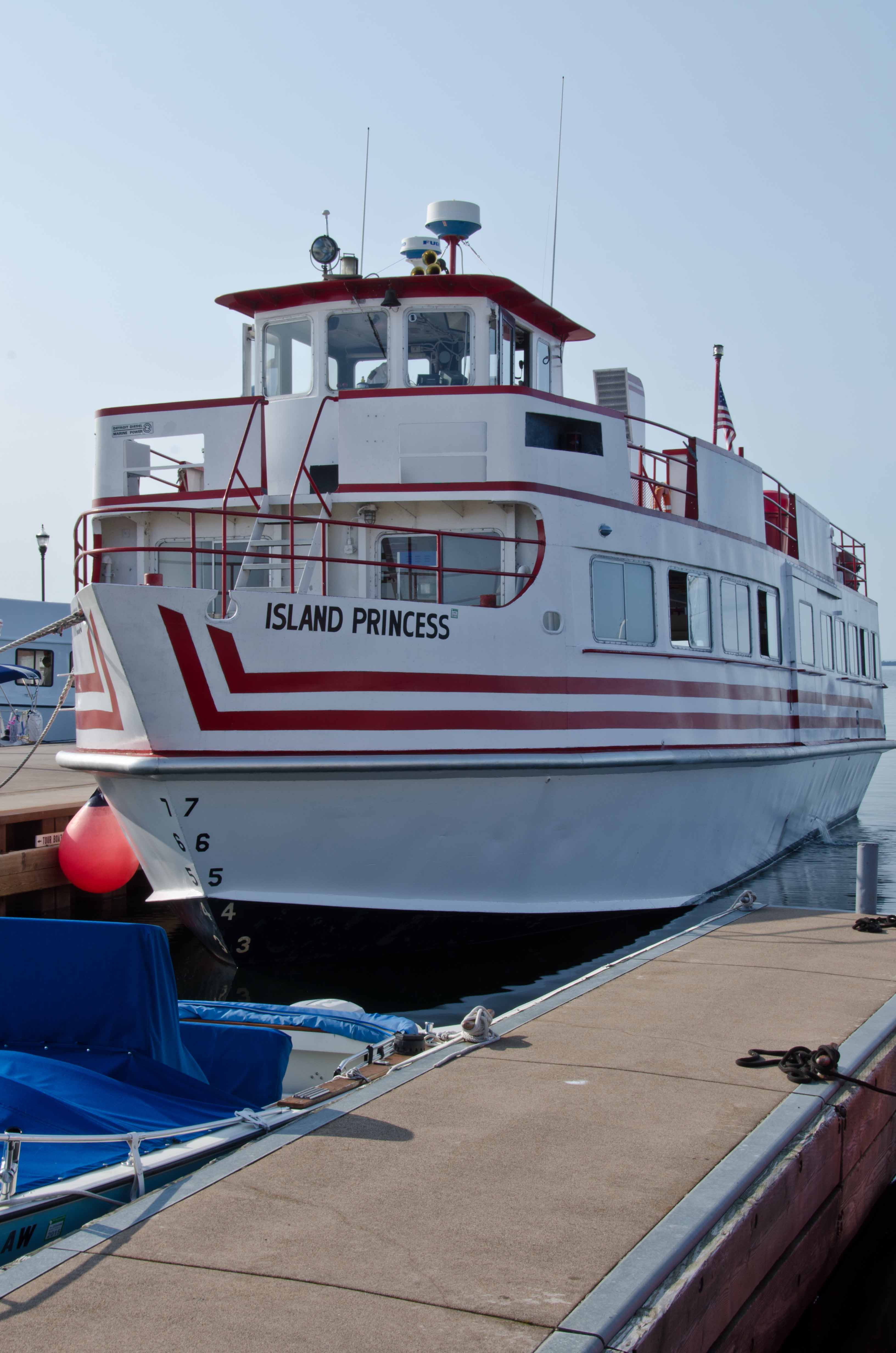 Boat tour amongst the 22 Apostle Islands  Circling the Lakes